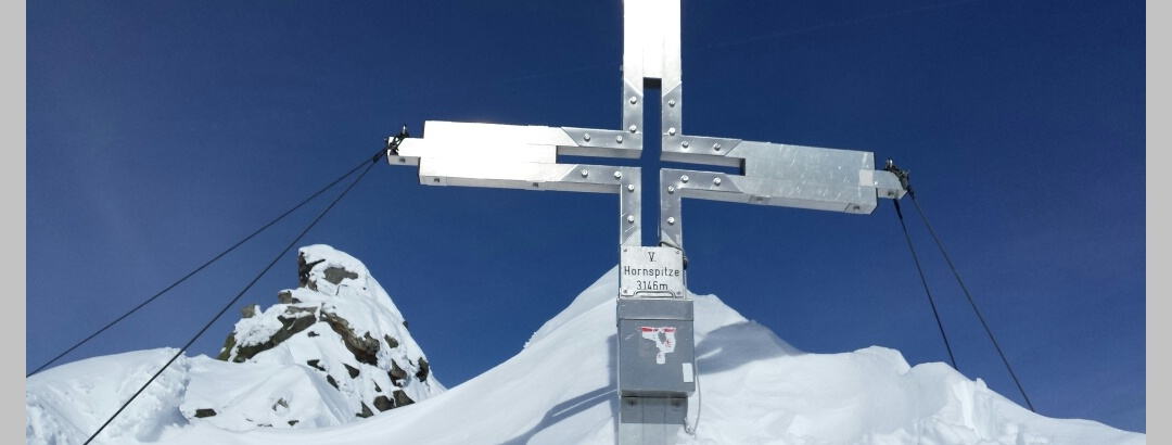 Das Gipfelkreuz der V. Hornspitze.