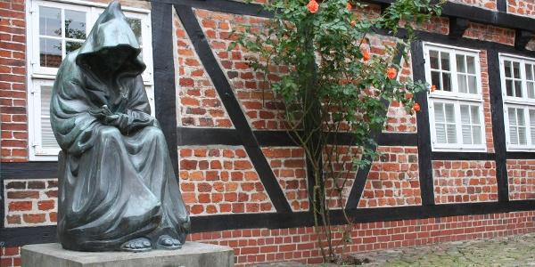 Statue Abt Albert von Stade im Innenhof des ehemaligen Klosters