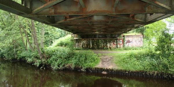 Unter der Eisenbahnbrücke in Stade