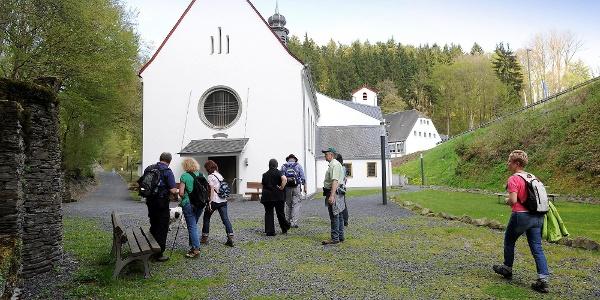 Wandergruppe auf dem Weg zum Kloster Martental