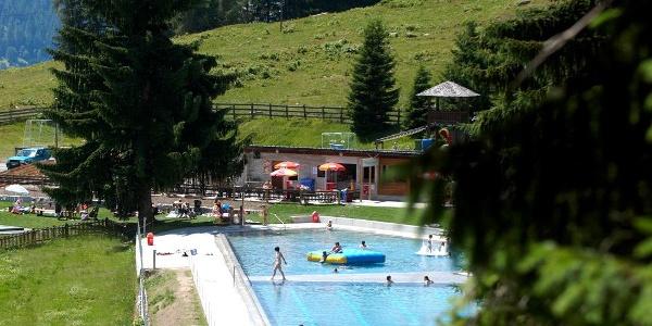 Schwimmbad und grosser Waldspielplatz runden das Angebot ab