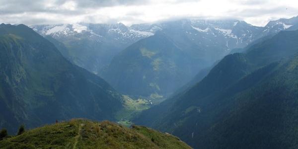 Vom Gipfel nach Nordosten erstreckt sich das Valsertal