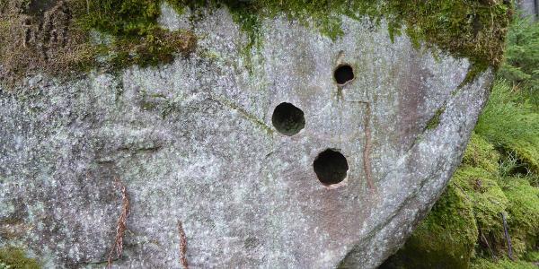Interessanter Fels, seitlich vom Weg