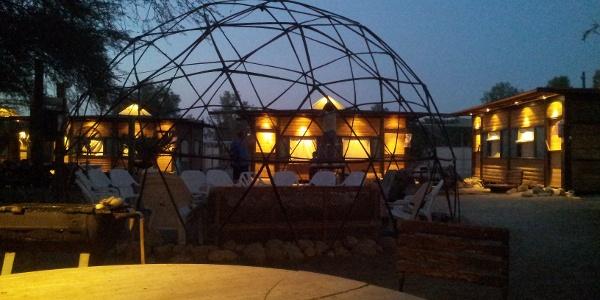 Abends auf dem Gelände der Camplodge