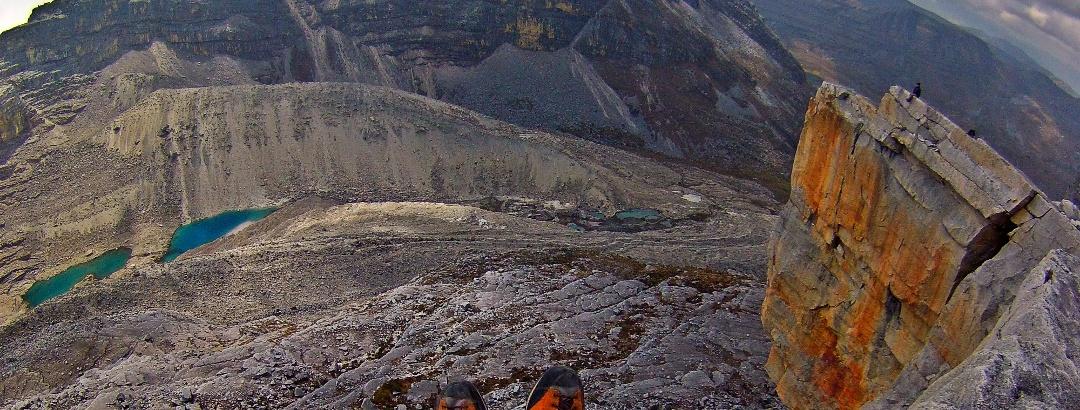 Das weglose Gelände auf dem Gipfelplateau erlaubt freie Linienwahl. Hier die wohl aussichtsreichste, wenn auch exponierteste Variante mit Tiefblick auf die Lagunillas de Campanillo.