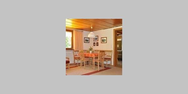 Wohnraum mit ausziehbarem Tisch
