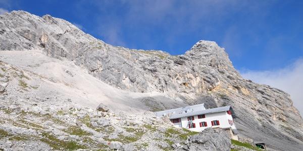 Hier starten wir am 3. Tag: Die Knorrhütte mit dem Brunntalkopf im Hintergrund