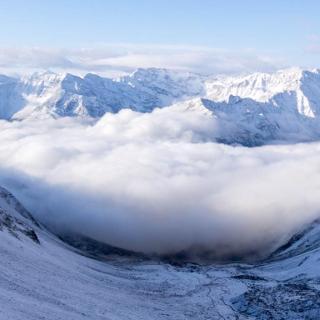 Blick auf den Vernagter Stausee von der Similaunhütte (3019 m). Im Hintergrund von Links: Vermoispitze (2929 m), Hasenöhrl (3257 m), Hohe Wiegenspitze (2978 m), Zerminiger Spitze (3109 m), Schwarze Wand (2982 m), Wiegenspitze (3109 m), Maladner (3174 m), Mastaunspitze (3200 m), Gerstgraserspitze (3104 m), Monte Cevedale (3769 m).