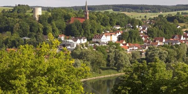 Blick auf Bad Abbach mit Heinrichsturm und Kirche