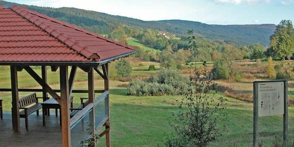 Aussichts-Pavillon am Kurpark St. Englmar mit übers Englmarbachtal zum Hirschenstein