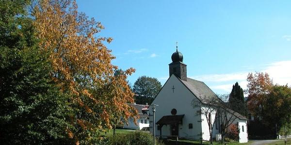 Kirche in Klingbach - der Wanderweg kommt auf der Rückseite herunter