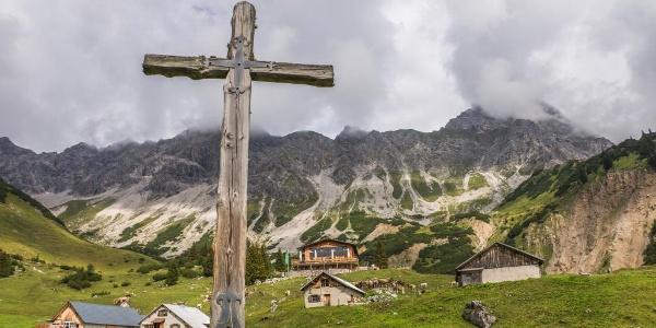 Blick auf Heinrich Hueter Hütte und der Alpe Vilifau