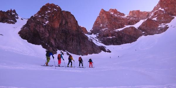 Unterwegs zur ersten Steilstufe auf ca. 3100 m. Ganz oben rechts der Gipfelbereich der Montagne des Agneaux.