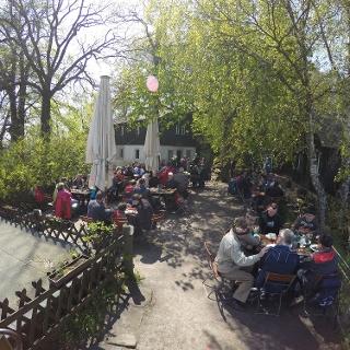Der Biergarten der Berghütte auf dem Papststein