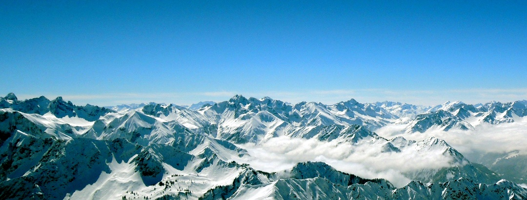Blick auf die verschneiten Allgäuer Alpen