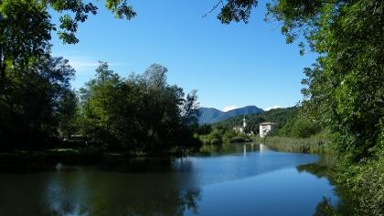 Idyllisch inmitten von bewaldeten Bergkuppen liegt der kleine Laghetto di Brinzio.