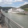 Binger Kulturufer mit Blick auf die Rüdesheimer Weinhänge