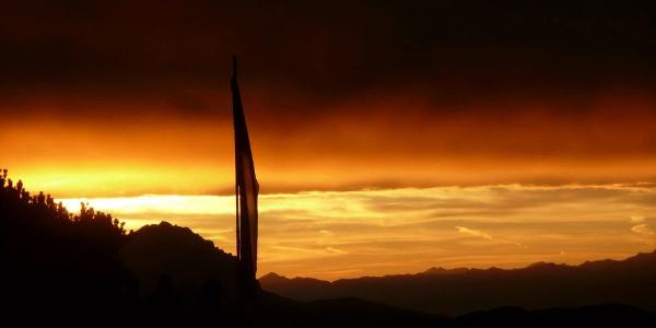 Die Fahne der Werfener Hütte in der Abendsonne