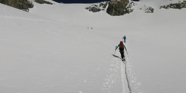 ... führt unser Anstieg in idealem Skigelände, zwischen 25 und 30 Grad steil,  nach oben, ...