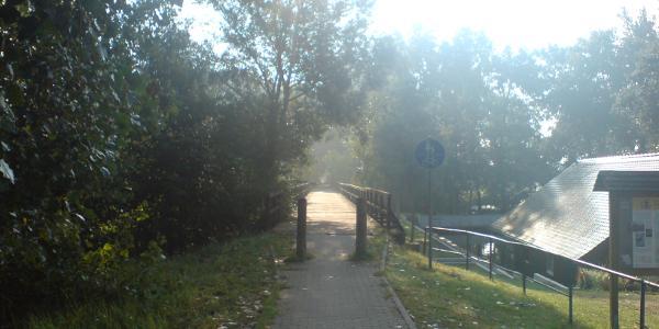 Diese lange Brücke führt über Spree und Nordumfluter