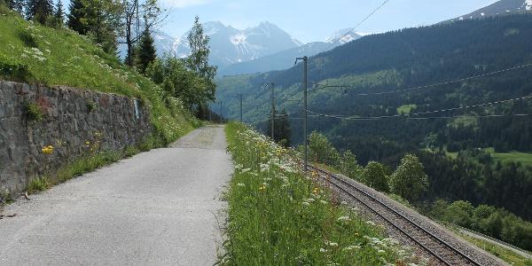 Ab Bugnei der Bahnlinie entlang