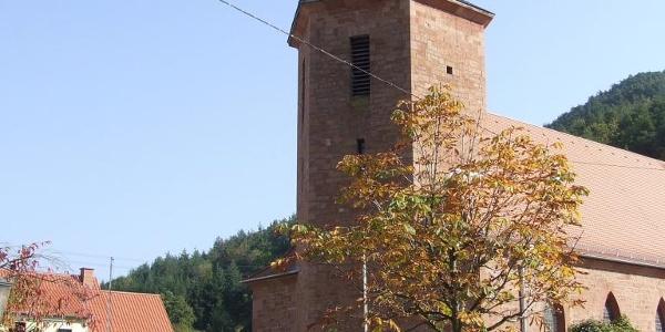 Ortsmitte Lug mit Kirche und Brunnen