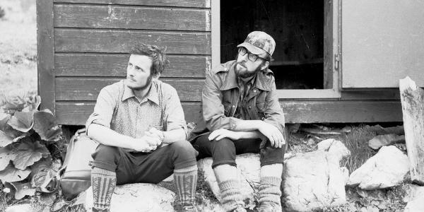 Bergsteigerfreunde im Eingang zur alten Wolfgang Dirnbacher Hütte