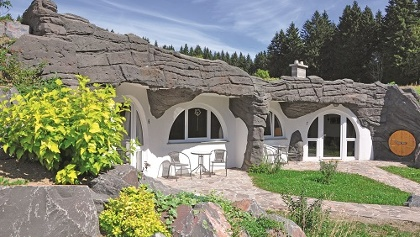 Eingänge zu den Höhlenhäusern Feriendorf Auenland Waffenrod