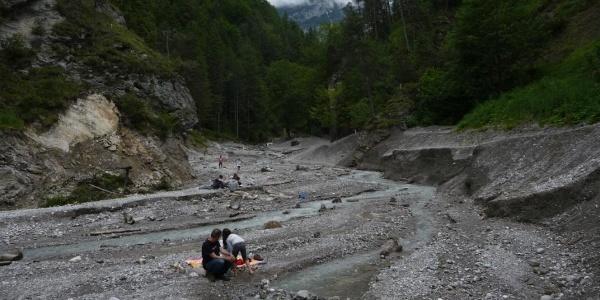 Becken der Geschiebesperre flussaufwärts bei Niedrigwasser