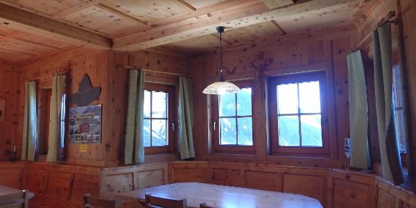 Die gemütliche Hüttenstube, gefertigt mit Zirbenholz aus der Region.
