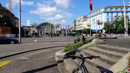 0100 Blick zum Bahnhofplatz Basel hinüber - und startklar