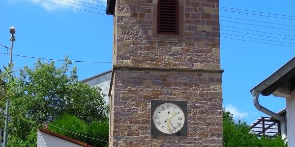 Ein wuchtiger Glockenturm steht in Ruppertsecken.
