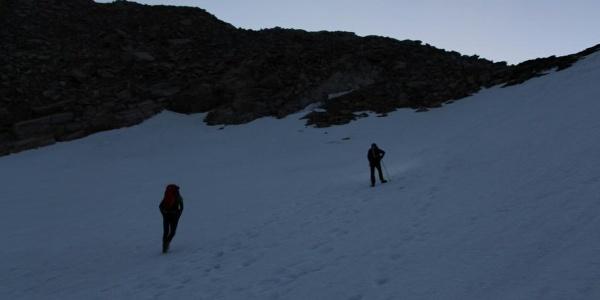 Im Morgengrauen hinauf zum Zwischbergenpass