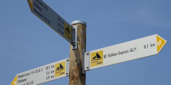 Los gehts: Eifelleiter-Zuweg am Bahnhof Engeln.