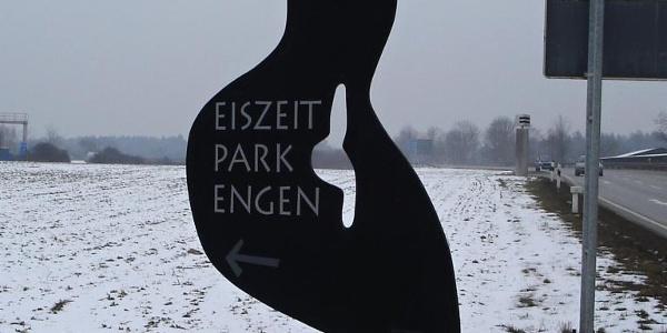 """Die stilisierte """"Venus vom Petersfels"""" weist den Weg zum Eiszeitpark  Engen"""