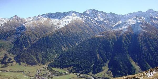 Reckingen und die säumende Bergkette im Süden