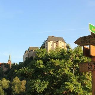 Wanderwegeweiser vor Burg Mildenstein und Stadtkirche St. Matthäi