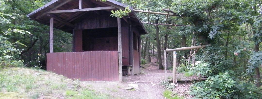 Die Jakobstempel-Hütte bietet Wanderern am Pfahlsberg Schutz bei Wind und Wetter.