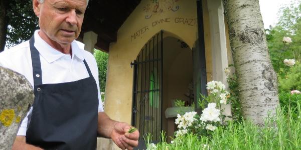 Luis Margesin beim Pflücken der Kräuter für seine Küche