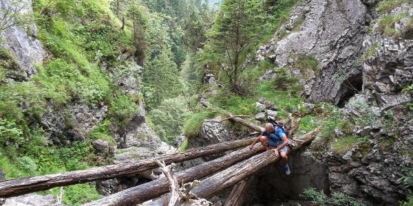 luftige Bachüberquerung nach der Höhle