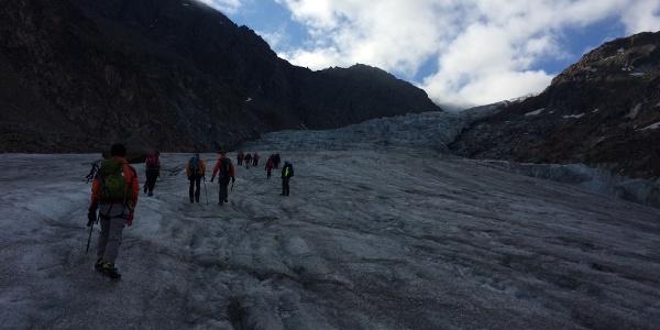 Über den Gletscher geht es aufwärts.