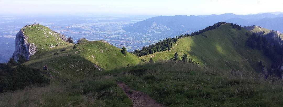 Kammsteg von Latschenkopf mit Blick auf Vorderer Kirchstein und Ganz hinte nGipfelhaus Brauneck