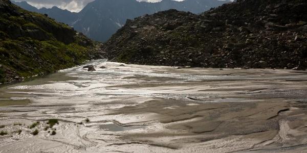 Schmelzwasser - im Hintergrund der Puitkogel im Geigenkamm