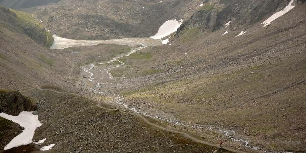Abstiegsweg von der Kaunergrathütte: anfangs folgt der Weg dem Moränenkamm