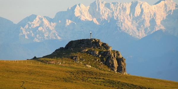 Saualpe/Gipfelkreuz - Gertrusk mit Blick auf die Karawanken