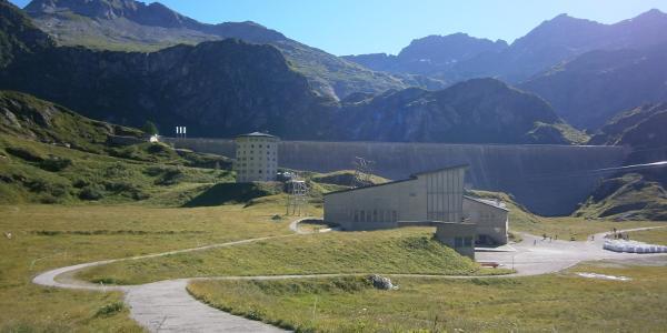 Hotel und Seilbahnstation vor dem Lago di Robiei
