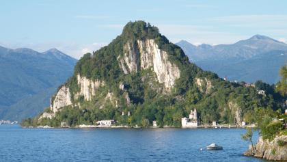 Über dem Golf von Caldé ragen die steilen Kalkwände der La Rocca auf.
