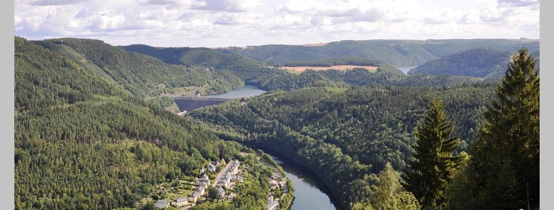 Blick von der Rohrbrücke auf den Stausee