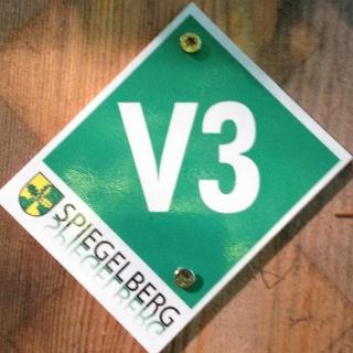 """Rundwegmarkierung """"V3"""" in der Natur"""
