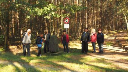 Wandergruppe am Grenzstein 173